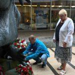 položení květin v památníku