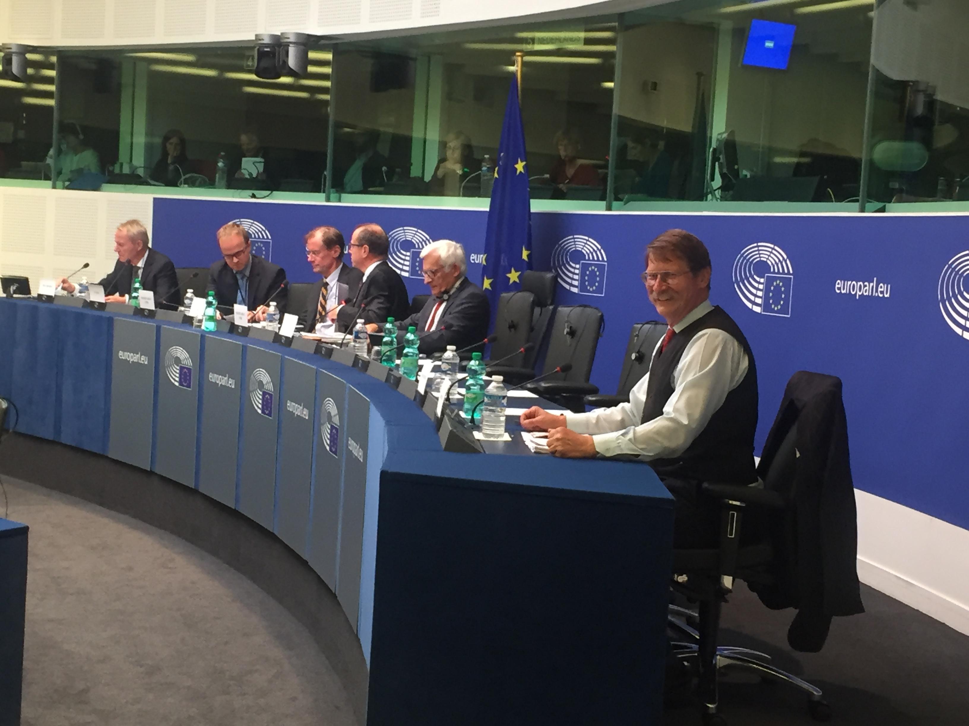 Jaromír Kohlíček řídí schůzi výboru ITRE